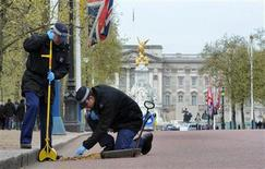 <p>Police officers carry out security checks on drains and lamp posts along the Mall ahead of the Royal wedding in London, April 14, 2011. REUTERS/Anthony Devlin/POOL</p>