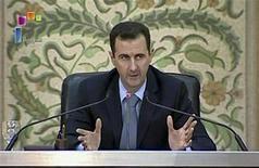 <p>Президент Сирии Башар аль-Ассад обращается к правительству в Дамаске 16 апреля 2011 года. Президент Сирии Башар аль-Ассад ратифицировал закон о снятии режима чрезвычайного положения, действовавшего в стране на протяжении 48 лет, что может рассматриваться как попытка остудить протестные настроения среди населения страны, требующего больших свобод, сообщило государственное телевидение Сирии в четверг. REUTERS/Syrian TV via Reuters TV</p>