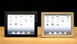 <p>Foto de archivo del lanzamiento del iPad 2 de la firma Apple en San Francisco, EEUU, mar 2 2011. Las acciones de Apple Inc subían un 4 por ciento porque los inversores aplaudían las fuertes ventas del iPhone y los pedidos del iPad en el trimestre que terminó en marzo, y al menos un analistas subió el precio objetivo de la acción a un 80 por ciento más que el actual nivel. REUTERS/Beck Diefenbach</p>
