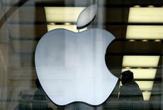 <p>Foto de archivo de una de las tiendas de la firma Apple en Londres, mar 29 2006. Apple ya completó el trabajo para lanzar un servicio de almacenamiento de música online y está listo para hacerlo antes que Google, cuyos propios intentos en ese campo se han estancado, de acuerdo a varias personas familiarizadas con el asunto. REUTERS/Dylan Martinez</p>