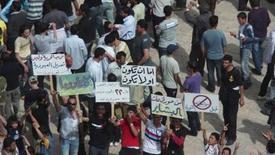 <p>Демонстранты собираются на площади в городе Дараа 21 апреля 2010 года. Силы безопасности Сирии использовали слезоточивый газ для разгона антиправительственной демонстрации в Дамаске в пятницу, а тысячи людей в южном городе Дераа призывали к свержению президента страны Башара аль-Ассада, сообщают свидетели. REUTERS/Handout</p>