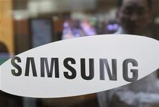 """<p>Foto de archivo del logo de la firma Samsung en su casa matriz de Seúl, abr 6 2010. Samsung Electronics Co dijo el viernes que presentó una demanda por patentes contra Apple en Corea del Sur, Japón y Alemania, una semana después de que la mayor firma de tecnología del mundo dijo que los teléfonos inteligentes y tablets de Samsung copiaron """"ciegamente"""" a sus productos. REUTERS/Truth Leem</p>"""