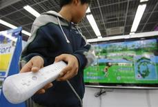 <p>Garoto joga o console Wii, da Nintendo, em foto de janeiro de 2010. A Nintendo pretende lançar um sucessor para o Wii no ano que vem. 05/01/2010 REUTERS/Toru Hanai</p>