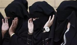 <p>Saudi women pray during Eid al-Adha celebrations on a street in Riyadh November 27, 2009. REUTERS/Stringer</p>