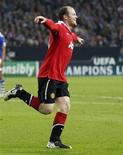 <p>Wayne Rooney comemora gol marcado na vitória do Manchester United contra Schalke 04 na partida de ida da semifinal da Liga dos Campeões em Gelsenkirchenn. REUTERS/Wolfgang Rattay</p>