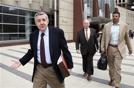 James Quinn (L), attorney for NFL players and Kansas City Chiefs linebacker Mike Vrabel (R) leave a federal courthouse after participating in court-order talks regarding labor and revenue issues between the NFL and the NFL Players Association in Minneapolis, April 19, 2011. REUTERS/Eric Miller