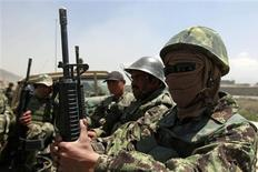 <p>Afghan National Army (ANA) soldiers arrive at the gate of the Afghan air force compound in Kabul April 27, 2011. REUTERS/Omar Sobhani</p>