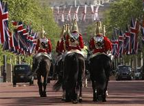 <p>Members of the Household Cavalry ride along The Mall, in London April 27, 2011. REUTERS/Eddie Keogh</p>