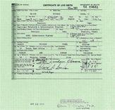 <p>Свидетельство о рождении президента США Барака Обамы, опубликованное Белым домом, Вашингтон, 27 апреля 2011 года. Белый дом США в среду опубликовал более полную версию свидетельства о рождении Барака Обамы, чтобы отмести претензии республиканцев, сомневающихся в том, что президент родился в Америке. REUTERS/The White House/Handout</p>