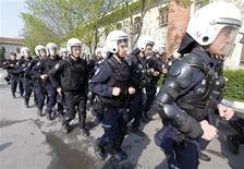 <p>Турецкие полицейские принимают участие в учениях накануне майских демонстраций в Стамбуле 22 апреля 2010 года. Турецкие полицейские проверили доверчивость населения, переодевшись в халаты врачей и вооружившись стетоскопами. REUTERS/ Osman Orsal</p>