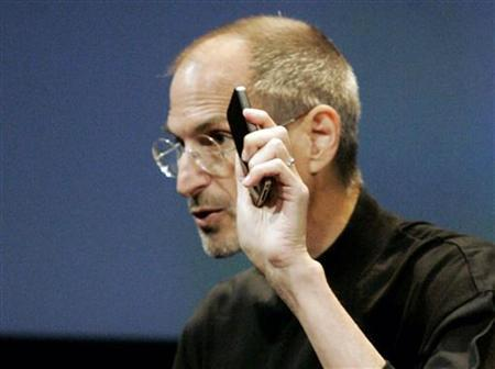 Apple CEO Steve Jobs appears on stage during a news conference at Apple headquarters in Cupertino, California, July 16, 2010. REUTERS/Kimberly White