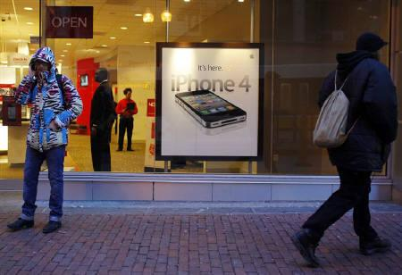 A customer buys an Apple iPhone in Boston, Massachusetts February 10, 2011. REUTERS/Brian Snyder/Files