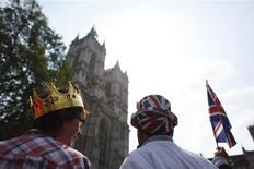 <p>People stand opposite Westminster Abbey, in central London April 28, 2011. REUTERS/Nir Elias</p>
