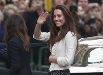 """<p>Kate Middleton chega ao hotel """"The Goring"""" em Londres, na Inglaterra, um dia antes de seu casamento com o príncipe William. 28/04/2011 REUTERS/Eddie Keogh</p>"""