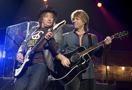 Bon Jovi guitarist Richie Sambora (L) and Jon Bon Jovi perform during the 10th annual Tiger Jam at the Mandalay Bay Resort in Las Vegas, Nevada in this May 26, 2007 file photo. REUTERS/Steve Marcus/Files