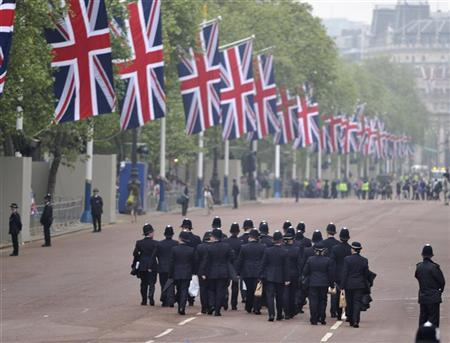 Police officers walk down The Mall before the wedding of Britain's Prince William and Kate Middleton in central London April 29, 2011. REUTERS/Dylan Martinez
