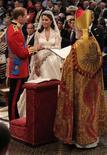 <p>Принц Уильям и Кэйт Миддлтон обмениваются кольцами в Вестминстерском аббатстве в Лондоне 29 апреля 2011 года. Принц Уильям Уэльский и Кэтрин Миддлтон поженились в пятницу, 29 апреля в Вестминстерском аббатстве в Лондоне. REUTERS/Dominic Lipinski/Pool</p>