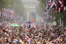 <p>Un grupo de observadores de la boda real británica en la alameda de Londres, abr 29 2011. La policía británica arrestó el viernes a 18 personas en Londres por diversos delitos, en su mayoría menores, en medio de una de las mayores operaciones de seguridad organizadas jamás en la capital alrededor de la boda real. REUTERS/Dylan Martinez</p>