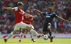 <p>Patrice Evra (direita), do Manchester United, e Aaron Ramsey (esquerda), do Arsenal, disputam a bola durante partida do campeonato inglês em Londres. 01/05/2011 REUTERS/Eddie Keogh</p>