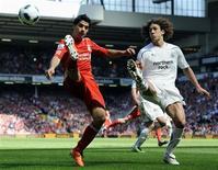 <p>Fabricio Coloccini (direita), do Newcastle, desafia Luis Suarez (esquerda), do Liverpool, em partida do campeonato inglês. 01/05/2011 REUTERS/Russell Cheyne</p>