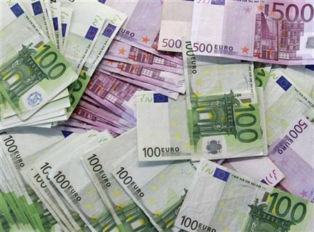 Euro notes are spread out at a bank branch in Madrid January 13, 2011. REUTERS/Andrea Comas