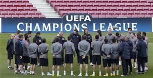 """<p>Футболисты """"Барселоны"""" слушают тренера во время тренировки на стадионе в Барселоне, 2 мая 2011 года. Во вторник, 3 мая, """"Барселона"""" сыграет с """"Реалом"""" REUTERS/Albert Gea</p>"""