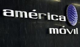 <p>America Movil a publié des résultats en nette hausse au premier trimestre, après avoir conquis près de six millions d'utilisateurs sur le marché de la téléphonie mobile et étendu son service de télévision payante en Amérique latine. Pierre angulaire de l'empire du magnat mexicain Carlos Slim, America Movil affiche un bénéfice net trimestriel de 23,511 milliards de pesos (1,37 milliard d'euros), en hausse de 12% par rapport au premier trimestre 2010. /Photo prise le 8 février 2011/REUTERS/Henry Romero</p>
