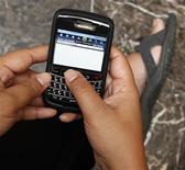 <p>Les nouveaux Blackberry de Research in Motion (RIM) intègreront le moteur de recherche Bing de Microsoft ainsi que le service de cartographie du géant du logiciel. Bing, déjà inclus dans les tablettes PlayBook du groupe canadien, deviendra le moteur de recherche par défaut de ses smartphones. /Photo d'archives/REUTERS/Enny Nuraheni</p>