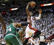 """<p>Дуэйн Уэйд из """"Майами"""" (справа) забрасывает мяч в кольцо """"Бостона"""", 3 мая 2011 года. """"Майами"""" выиграл в ночь на среду и второй домашний поединок против """"Бостона"""", увеличив отрыв в серии до 2-0. REUTERS/Joe Skipper</p>"""