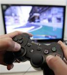 <p>Sony a fait appel à des enquêteurs extérieurs pour l'aider à nettoyer ses réseaux et à retrouver les responsables de cyberattaques massives au cours desquelles les données personnelles de plus de 100 millions de joueurs ont été subtilisées. /Photo prise le 27 avril 2011/REUTERS/Thomas Peter</p>