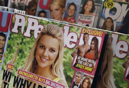 An issue of People magazine is seen on a newsstand in New York August 4, 2010. Time Warner Inc posted better-than-expected quarterly results on Wednesday, with  revenue rising 6 percent alongside a surge in advertising sales at its cable TV networks. REUTERS/Shannon Stapleton/Files