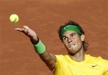 <p>Rafael Nadal realiza saque durante jogo contra Marcos Baghdati, no Aberto de Madrid. 04/05/2011 REUTERS/Juan Medina</p>