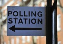 <p>Указатель избирательного пункта в Лондоне 4 мая 2011 года. Британцы в четверг голосуют реформу мажоритарной избирательной системы, вопрос о которой угрожает расколоть коалиционное правительство. REUTERS/Toby Melville</p>