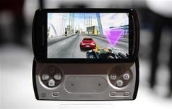 <p>O aparelho da Sony Ericsson com a marca do PlayStation, Xperia Play, é exibido em feira em Barcelona, fevereiro de 2011. O aparelho não foi afetado pelo sequestro de dados de usuários da rede online do PlayStation, segundo a Sony Ericsson. 14/02/2011 REUTERS/Albert Gea</p>