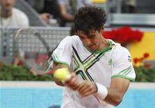 <p>O brasileiro Thomaz Bellucci retorna jogada para o britânico Andy Murray em partida do Masters de Madri. 05/05/2011 REUTERS/Sergio Perez</p>