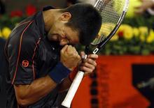 <p>O sérvio Novak Djokovic comemora vitória contra o espanhol David Ferrer nas quartas de final do Masters de Madri. 06/05/2011 REUTERS/Sergio Perez</p>