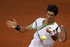 <p>Thomaz Bellucci durante jogo contra Novak Djokovic no Masters de Madrid. Bellucci ganhou 14 posições no ranking mundial e subiu para o 22o lugar com a semifinal alcançada no Masters de Madri no fim de semana, segundo a nova lista divulgada pela ATP nesta segunda-feira. 07/05/2011 REUTERS/Sergio Perez</p>
