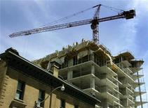 <p>A condominium building under construction is seen in downtown Toronto, May 14, 2009. REUTERS/Mike Cassese</p>