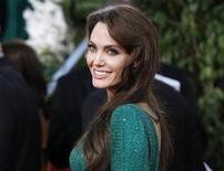 <p>Angelina Jolie nos Globos de Ouro em Beverly Hills, na Califórnia, em janeiro. Grandes nomes de Hollywood e alguns diretores de peso do cinema independente vão dividir as atenções no Festival de Cannes deste ano. 16/01/2011 REUTERS/Mario Anzuoni</p>
