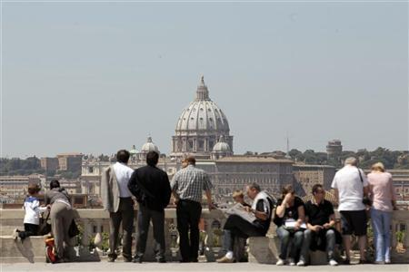 Tourists look at downtown Rome from Pincio's balcony May 11, 2011. REUTERS/Alessandro Bianchi