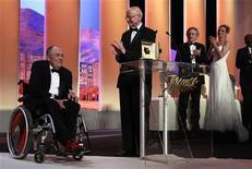"""<p>O cineasta Bernardo Bertolucci (esquerda) recebe prêmio """"Palma de Ouro"""" do presidente do Festival de Cinema de Cannes, Gilles Jacob (centro), na cerimônia de abertura da 64a edição do Festival. 11/05/2011 REUTERS/Eric Gaillard</p>"""