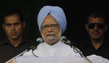 Prime Minister Manmohan Singh (C) speaks during an election campaign rally ahead of the third phase of elections on the outskirts of Kolkata April 23, 2011. REUTERS/Rupak De Chowdhuri