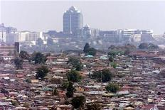 <p>A file photo shows a general view of Alexandra township, commonly known as Alex, a slum overlooking the Sandton sky scrappers in Johannesburg. REUTERS/old</p>