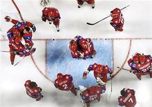 <p>Члены юнешеской сборной России по хоккею радуются победе в игре против Швеции, 3 января 2011 года. Россия осталась единственным претендентом на проведение чемпионата мира по хоккею в 2016 году после снятия заявок Украины и Дании, сообщает сайт Международной федерации хоккея. REUTERS/Brendan McDermid</p>