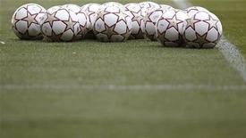 <p>Футбольные мячи на стадионе в Мадриде, 21 мая 2010 года. Матчи чемпионатов России, Украины, Англии, Испании, Италии, Германии, Франции и Нидерландов, а также финалы Кубка Англии и Кубка Франции пройдут в выходные. REUTERS/Kai Pfaffenbach</p>