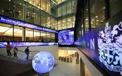 <p>People walk up stairs inside the London Stock Exchange in London May 10, 2011. REUTERS/Andrew Winning</p>