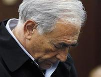 <p>Доминик Стросс-Кан в здании суда в Нью-Йорке, 16 мая 2011 года. Международный валютный фонд сообщил в четверг, что его глава Доминик Стросс-Кан покинул свою должность в связи с выдвинутыми против него обвинениями в сексуальных домогательствах к горничной нью-йоркской гостиницы и попытке изнасилования. REUTERS/Shannon Stapleton</p>