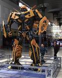 """<p>Мальчик смотрит на статую трансформера на северо-востоке Китая, 29 апреля 2011 года. Тридцать третий Московский кинофестиваль откроется мировой премьерой третьей части франшизы Майкла Бэя """"Трансформеры: Темная сторона Луны"""". REUTERS/China Daily</p>"""