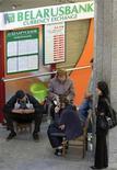<p>Люди стоят около обменного пункта Беларусьбанка в Минске, 13 мая 2011 года. Россия не спешит предоставлять обещанную финансовую поддержку Белоруссии, переживающей самый жесткий за последние десять лет финансовый кризис, настаивая на приватизации белорусских предприятий. REUTERS/Vasily Fedosenko</p>