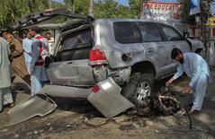 """<p>Поврежденная в результате взрыва бомбы машина в городе Пешавар (Пакистан), 20 мая 2011 года. Пакистанская ячейка движения """"Талибан"""" взяла на себя ответственность за унесший жизнь местного жителя взрыв бомбы, заложенной в автомобиле на пути следования американского дипломатического кортежа в Пешаваре. REUTERS/Fayaz Aziz</p>"""